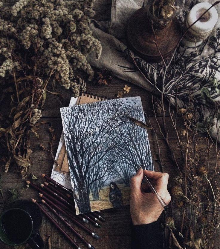 В портфеле ноября черные деревья, серое небо, сухие травы, утренний иней и ледяные корки на лужах, пронизывающий холод и туманы. Мне ноябрь неизменно несет дикое вдохновение и восторг от засыпающей природы. Лес достигает пика своей мрачной сказочности.  В городах же только пустота между осенью и зимой. Чай, свечи, пледы и мурчащие коты - желающим согреться или скорее пробежать через ноябрьский мрак. Это у @twenty_fingers и @sabi_krabi осенний конкурс #в_портфеле_ноября, и я, конечно…