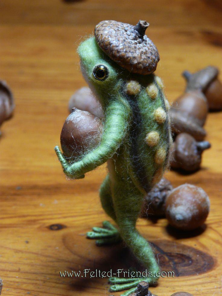 Bonsoir mes amis, sjuust remembèrrr, thees açorn ees mine! Needle felted frog by Bianca of Felted Friends