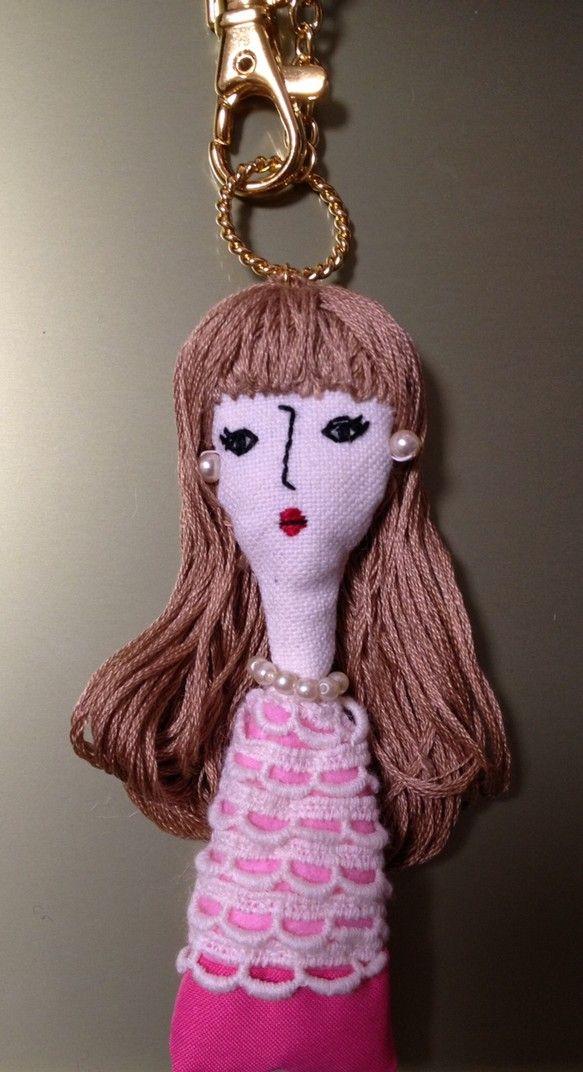 ※この商品はオーダー品となりますサイズ(約)・・・チャーム部分12cm 人形部分 縦10cm 横4cm(約)素材・・・・刺繍糸 コットン フェルト ...|ハンドメイド、手作り、手仕事品の通販・販売・購入ならCreema。