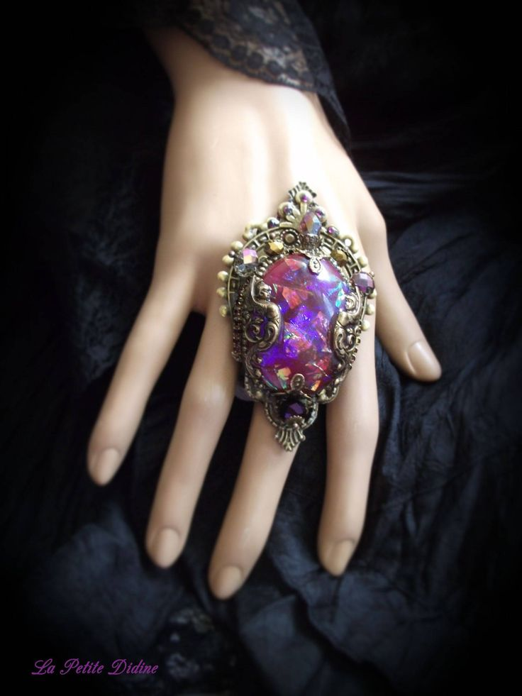 Grosse bague,violet,Sphinx, Baroque,Art nouveau,Rococo,Mythologie,Déesse,Valkyrie,estampe laiton,Jewelry mythology,Goddess,Purple,Brass de la boutique LaPetiteDidine sur Etsy