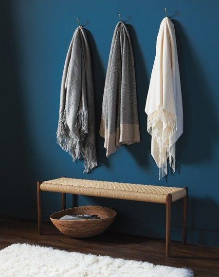 Crochets de couloir / La couleur des couvertures neutres éclate sur le riche bleu des murs.