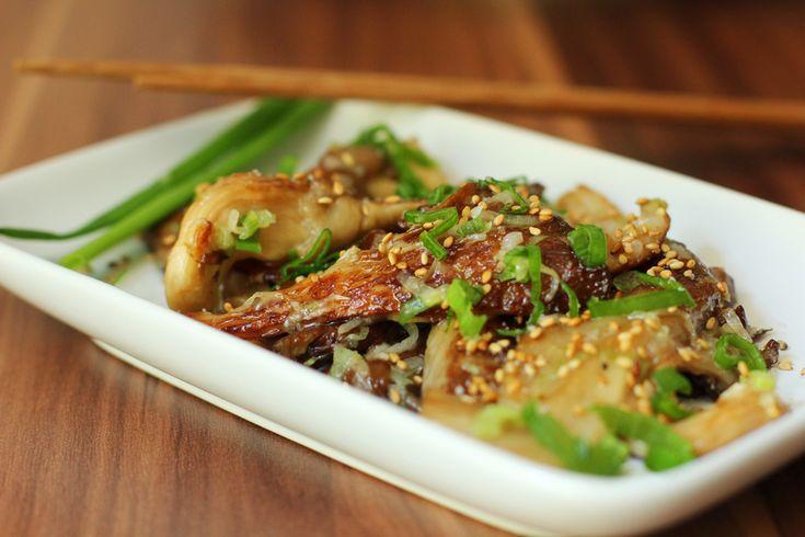 Pilze sind das bessere Fleisch! Das sagen nicht nur Vegetarier, auch wir ziehen ab und an ein dickes Pilz-Schnitzel einem Steak vor. Will man nicht auf geschmacklosen Tofu zurückgreifen, bieten sich gerade Austernseitlinge an. Ihre Konsistenz ähnelt in gebratener Form der von zartem Fleisch, ihr Geschmack macht sie jedoch zu einem unverwechselbaren Leckerbissen – [...]