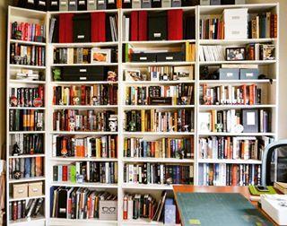 Uma estante de livros fala muito sobre seu dono. | 24 estantes que vão provocar arrepios em qualquer amante de livros