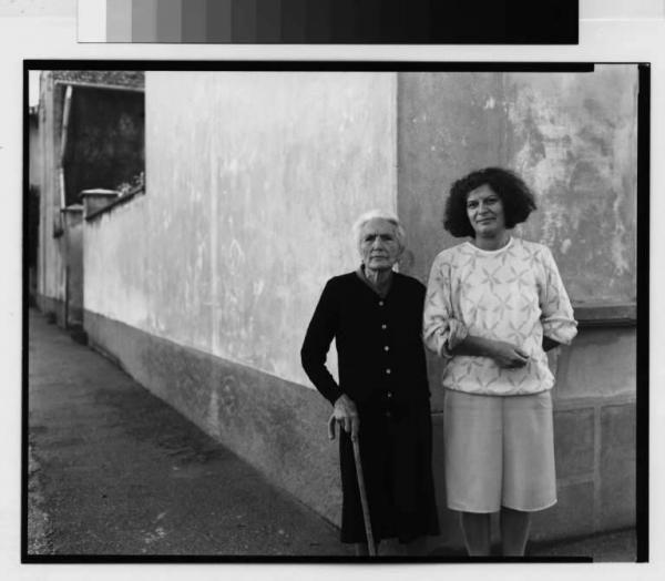 Andreoni, Luca | Buscate - via XX settembre - figure femminili - ritatto di madre e figlia | Archivio dello Spazio