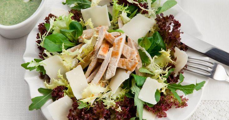 Un'insalata sfiziosa e diversa dal solito, che unisce verdure e proteine, per un piatto unico buono e facile da preparare.