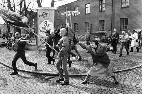 Åtta demonstranter från Nordiska rikspartiet dyker upp på Lilla torget i Växjö. Det tar inte många minuter förrän tusentals människor börjar jaga dem genom stan. Kvinnan med handväskan är polska och har släktingar som suttit i koncentrationsläger. Polis tillkallas från hela Småland. Skinnskallarna låser till sist in sig på en toalett på järnvägsstationen tills polisen befriar dem.