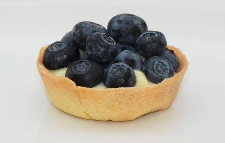 Opskrift på små tærter #petit_fours - bund af mørdej, klassisk kagecreme og friske bær fx hindbær, blåbær eller brombær