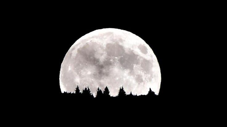 Evitiamo di soffermarci sul dito... #luna  La coincidenza di una Luna piena con la minore distanza tra Terra e Luna