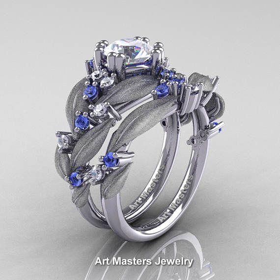Lujoso, elegante y rico, el nuevo clásico de naturaleza 14K oro blanco 1.0 Ct blanco zafiro azul zafiro diamante hoja y R340SS-14KWGDLBSWS vid anillo de compromiso boda banda conjunto evoca belleza y estilo es seguramente su uno especial.  * Naturaleza clásica 14K oro blanco 1,0 Ct diamante zafiro azul zafiro blanco hoja y vid anillo de compromiso boda banda conjunto R340SS-14KWGDLBSWS  Incluye:  * 1 x 5.0 gramos aprox TW de anillo de montaje de molde sólido 14K oro blanco * Oro fragmentos…