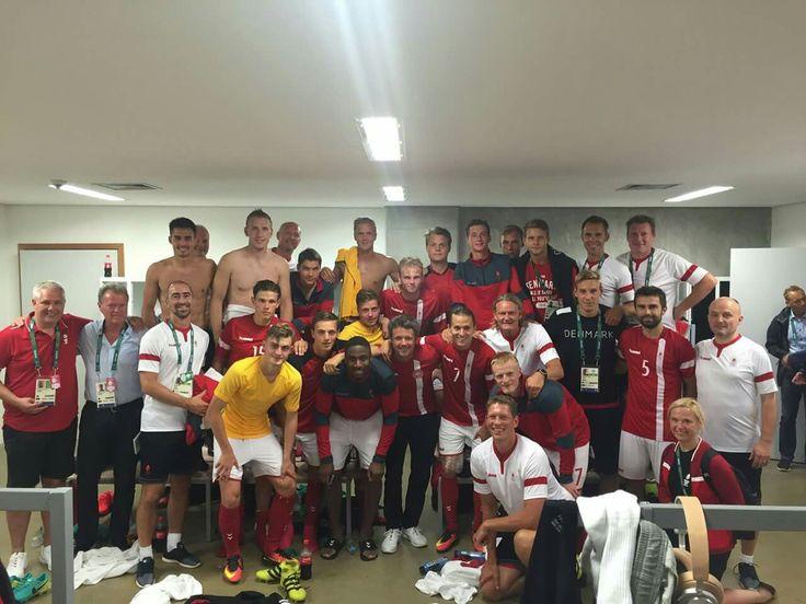 Det danske fodboldlandshold ved OL er videre til kvartfinalen trods et nederlag til værtsnationen Brasilien.  Umiddelbart efter kampen var H.K.H. Kronprinsen i omklædningsrummet for at hilse på fodboldspillerne, der nu kan se frem til weekendens kamp mod Nigeria.