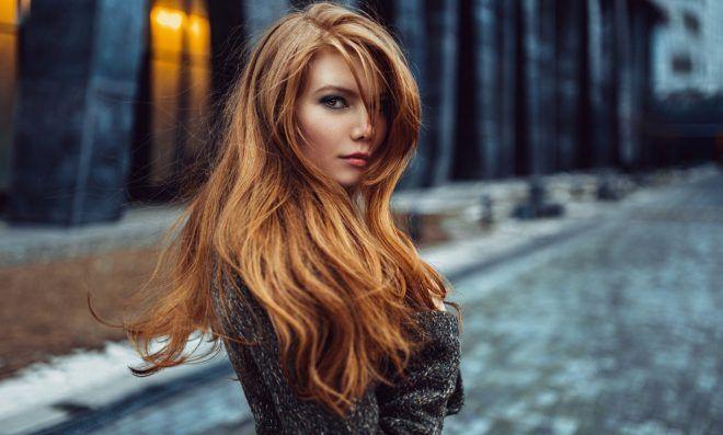 Πώς να χαρίσετε λάμψη στα μαλλιά σας ενώ στεγνώνουν φυσικά