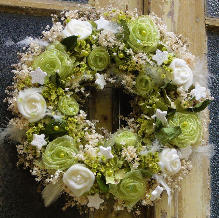 Luxusní+vánoční+věnec+Bohatě+zdobený+věnec+jsem+vyrobila+kombinací+sušených+květin,ručně+vyrobenými+filcovými+a+organzovými+květinami.Přizdobeno+několika+druhy+korálků+a+glitrovaných+hvězdiček.+Krásná+nadčasová+vánoční+dekorace.K+věnci+jsem+vyrobila+trojrozměrné+srdce+zdobené+ve+stejném+stylu.+Adventní+dekoracei+je+možné+na+přání+vyrobit.+Souprava+je...