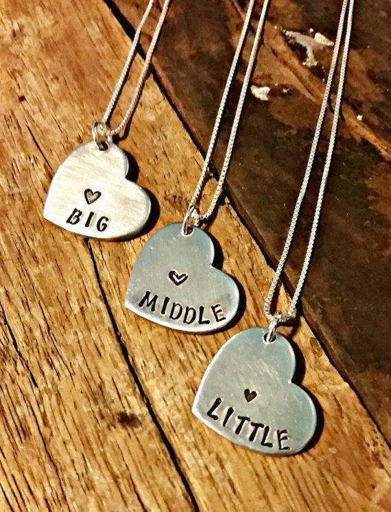 Diese Ketten sind so liebenswert. Es gibt für jedes Schwester, die große Schwester, die mittlere Schwester und die kleine Schwester. Hand, gestempel…