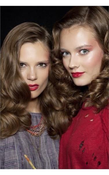 Τα μακριά μαλλιά με τους κυματισμούς δεν είναι τάση, είναι ο διαχρονικός ορσμός της ομορφιάς. Μόνο που φέτος, σε σόου όπως της Anna Sui, οι μπούκλες στυλιζάρονται και τακτοποιούνται με τον ίδιο τρόπο που έκανε η Kim Basinger στο LA Confidential.