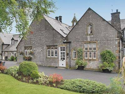 The Old School House Tideswell Situated in Tideswell in the Derbyshire Region, this holiday home is 38 km from Manchester. The property is 23 km from Sheffield and features views of the garden.  There is a dining area and a kitchen complete with a dishwasher, an oven and toaster.