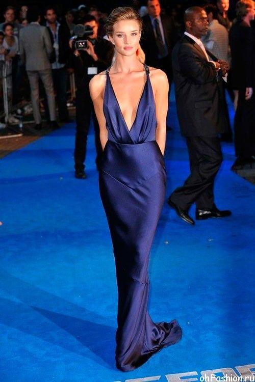 Роузи Хантингтон-Уайтли в темно-синем, длинном, вечернем платье