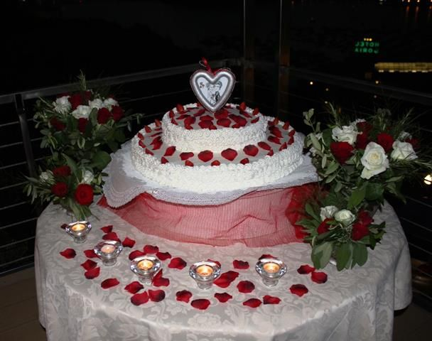 Matrimonio in rosso con torta decorata con petali di rosa http://www.mychoiceevents.com/