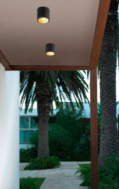 En forme de cylindre, ce spot affiche un design moderne et sobre. La face inférieure comporte une ouverture ronde, protégée par une vitre en verre transparent. Ce plafonnier LED IP65 est suffisamment protégé contre l'infiltration d'eau et de saletés.