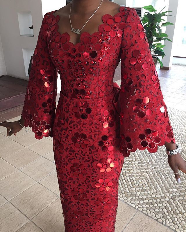 Komole Iro and buba in embellished daisy swirl motif. #Komole #DeolaBride
