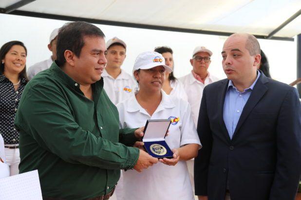 Momento en que el gobernador del Cauca, Oscar Campo, muestra el reconocimiento recibido; lo acompaña Juan Pablo Matta, gerente de la ILC. / Suministrada - El Nuevo Liberal.