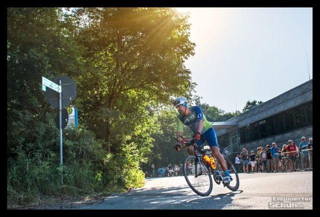 Der Ironman Frankfurt gehört vermutlich zu den absoluten Kult-Veranstaltungen, die Langdistanz-Triathleten wenigsten ein Mal absolviert haben sollten. Bei unglaublichem Sommerwetter haben sich Anfang Juli rund 3000 Athleten der unfassbaren Distanz von 226 Kilometern angenommen, um diesen einen Satz zu hören: You are an Ironman! Ich war mitten unter ihnen. { #Triathlonlife #Training #Triathlon } { via @eiswuerfelimsch http://eiswuerfelimschuh.de } { #motivation #raceday }