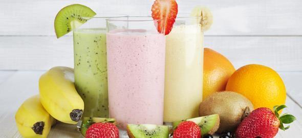 Η ζέστη αυξάνει τις ανάγκες μας για λήψη υγρών, λόγω της αυξημένης εφίδρωσης και τα smoothies είναι μια καλή ιδέα για να ξεφύγετε από τα συνηθισμένα καλοκαιρινά ποτά, όπως είναι τα milk shakes και τα cocktails, που είναι συνήθως πλούσια σε ζάχαρη και λιπαρά.