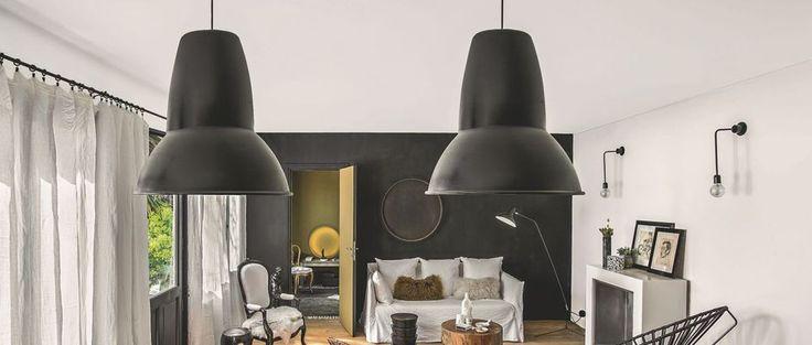 Nous mettons le cap vers le 6e arrondissement de Paris pour découvrir un appartement aux tons décalés et haussmanniens. Durant 7 mois, la décoratrice Caroline Désert s'est associée à l'agence d'architecture d'intérieur Ouest Home pour nous concocter un 90 m2 au charme fou.