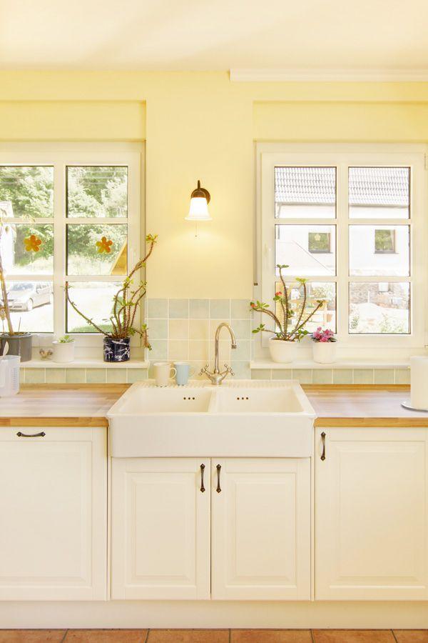 Waschbecken in Landhaus Küche mit offenem Blick   ECO ...