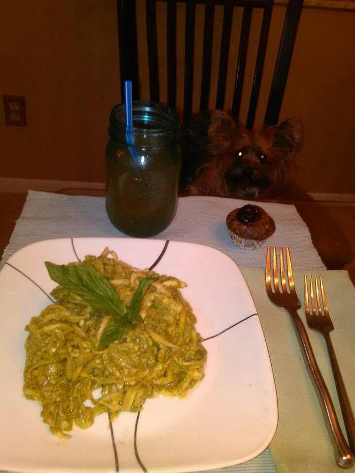 Jantar- Espaguete com molho de manjericão:   Prepare fios espaguete. Fios de espaguete podem ser feitos com um descascador de vegetais ou um fatiador. Sirva com esse molho feito com 1/4 abacate, uma xícara de folhas de manjericão, 10 castanhas de caju cruas, suco de meio limão, meio tomate, meia colher de azeite, 1 dente de alho, uma pitada de sal batidos no liquidificador;  Docinho de ameixa: Bata no multi-processador 5 ameixas secas com 5 castanhas-do-pará;  Chá gelado de canela.   A…