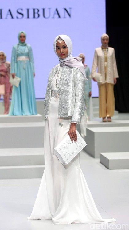 Foto: Koleksi Anniesa Hasibuan di Indonesia Fashion Week 2017