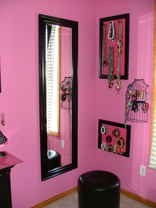 love the arrangement of mirror/jewelry organizers and the matching frames used