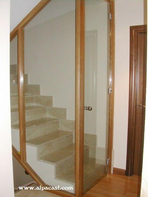 Eficiencia energética. Cerramiento de la escalera en madera y cristal, consiguiendo el aislamiento térmico entre las distintas plantas de la vivienda. www.alpacasl.com/