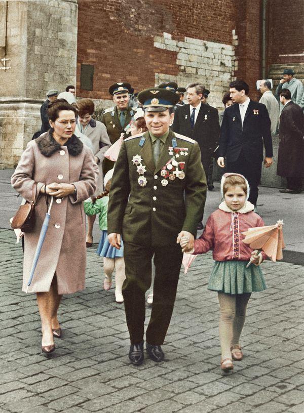 Ю.А.Гагарин с женой и дочерью на прогу3лке в Москве.