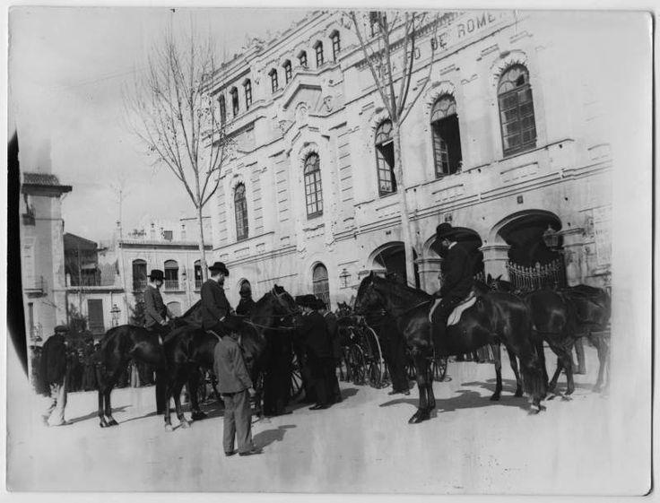 Visor Archivo General Región de Murcia. FOT_POS,07/002 / Fotografía de jinetes a caballo y coches en la puerta principal del Teatro Romea. c. 1900