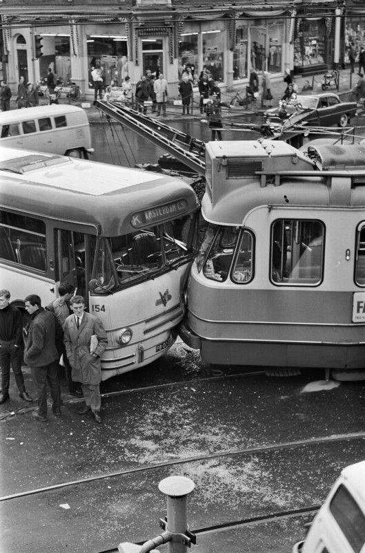 Ongeluk op de kruising Overtoom en Eerste Constantijn Huygensstraat, 1965.