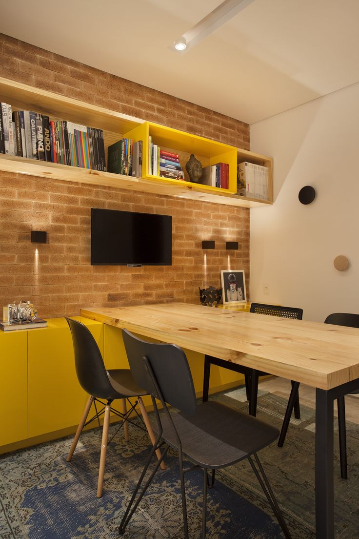 Escritório Tripper Arqutietura (Ipanema, RJ) #reuniao #tijolo #pallimanan #cimentoqueimado #tecnocimento #laca #amarelo #madeirapinus #brick #cement #yellow #wood #meeting #conference #lighting