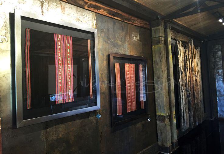 Chicureo Design. Cuadros originales de aguayos bolivianos antiguos con marco metalizado y fondo negro. www.chicureodesign.cl