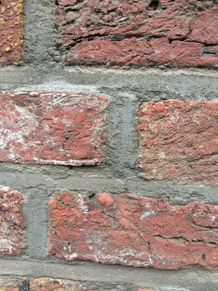 Deze stenen geven direct de invloed van grofheid. De ruwe randen en de harde hoeken helpen hier niet in. Wat leidt tot een harde textuur.