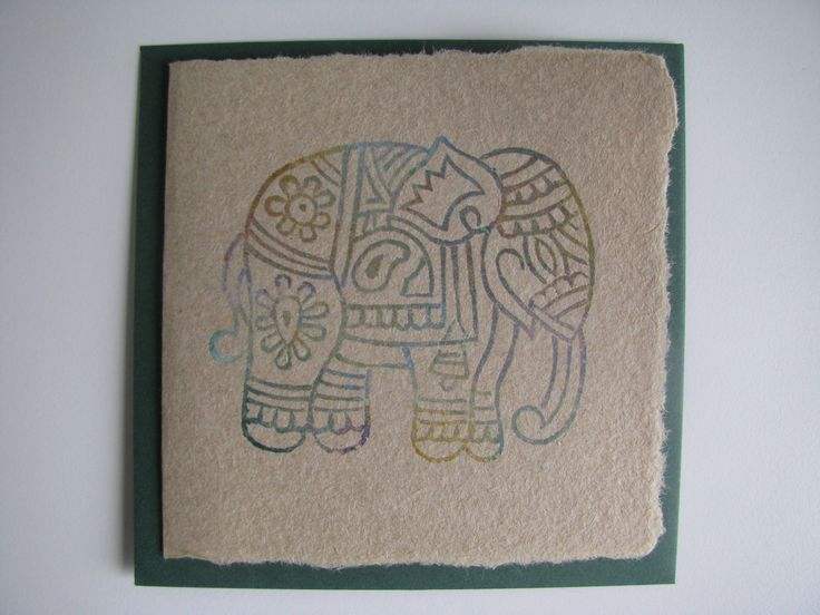 Papier geschept van Optimel pakken met een afdruk van houten stempels met diverse kleuren stempelinkt.