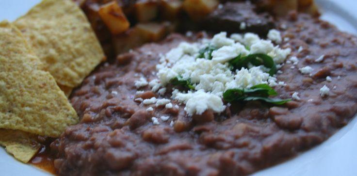 ¡Viva México! Los frijoles refritos son una receta típica mexicana. Se suelen comer con totopos o con tortilla de maíz. Lo divertido de comerlos son las fl