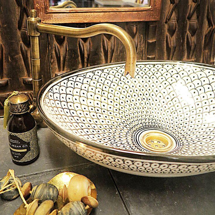Marockanskt handfat i keramik i en ny oval form. Vackert formpresade för hand och handmålade i ett detaljerat Marockanskt mönster Detta tvättställ passar bra