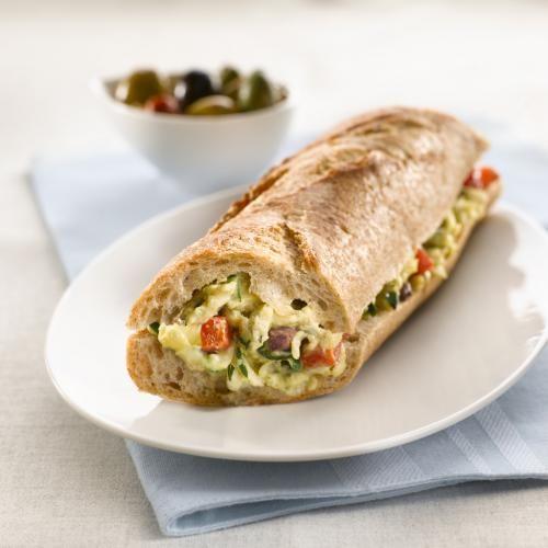 Ce mélange aux saveurs de la méditerranée, composé d'œufs brouillés, de courgette, de poivron rouge rôti et d'olives Kalamata hachées est servi dans une baguette fraîche de blé entier. Parfait pour le dîner, ce sandwich peut également être servi comme hors-d'œuvre lorsqu'on le coupe en plus petits morceaux.
