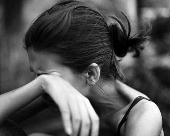 schwarzweiße traurige bilder hier ist eine weinende junge dame