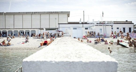 """Trieste_bagno la lanterna Il """"pedocin"""" stabilimento balneare unico in Italia, diviso in zone per soli uomini e per sole donne."""