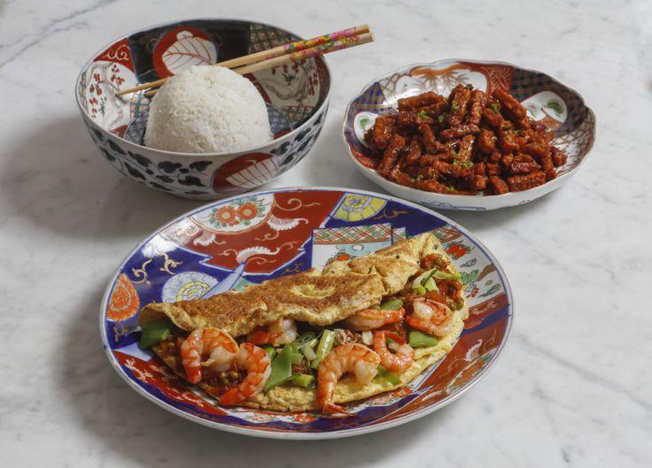 Drooggebakken tempe en omelet gevuld met garnalen in zoetzure saus en gekookte witte rijst