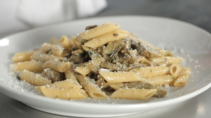 Pasta ai carciofi: porta in tavola questo piatto tipico secondo la sua ricetta originale; segui le istruzioni per una riuscita assicurata.