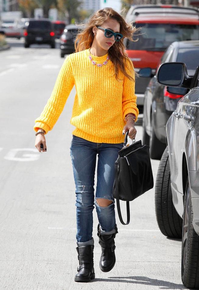 Le pull jaune de Jessica Alba dans les rues de Los Angeles