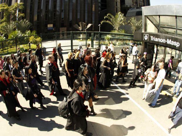 Dia dos Vampiros 2011: Cortejo Vamp rumo a Fundação Prosangue - conheça a campanha em www.diadosvampiros.org . . . Visite o Blog Fashionismo Vamp: www.redevampyrica.com/fashionismovamp