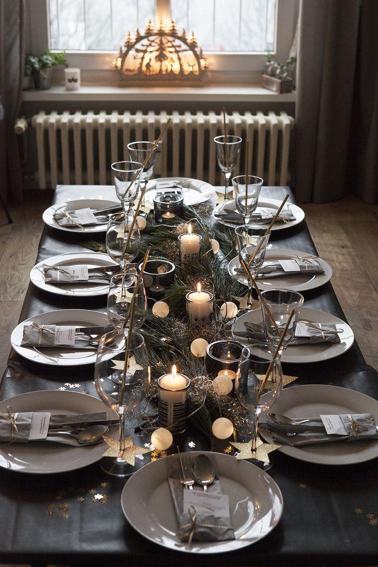 Eunderschöne Weihnachtstischdeko in den Farben schwarz und gold mit einer Diy Girlande und selbstgemachten Faltservietten