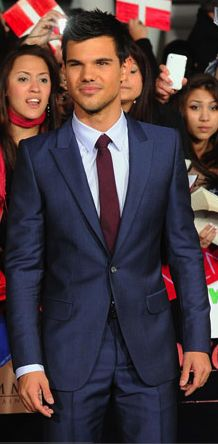 The burgundy tie compliments the slate blue suit very well, Team Jacob!